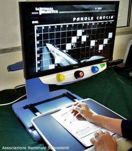 Videoingranditore da tavolo con schermo nero/bianco