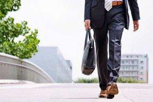 uomo che cammina per andare a lavoro