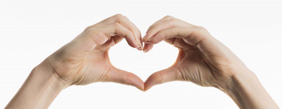 mani che si uniscono formando un cuore