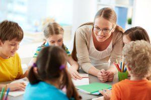 Insegnante che parla agli alunni